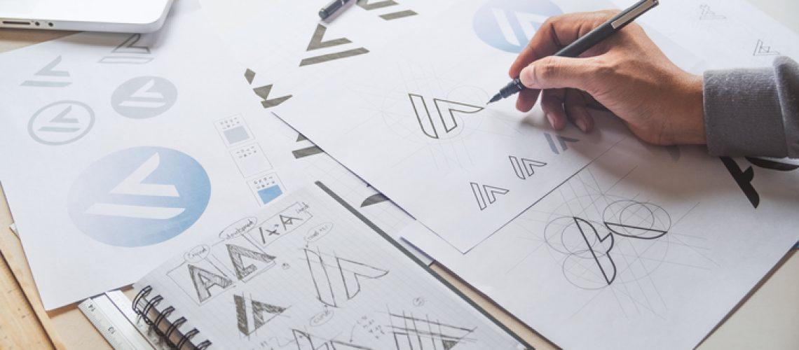 designer criando um logotipo
